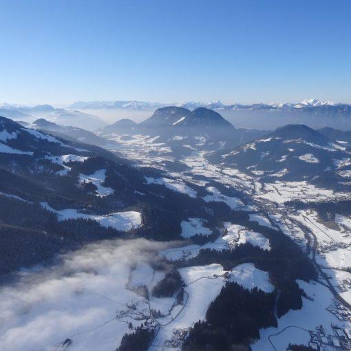 Ballonfahrt verschneite Berge
